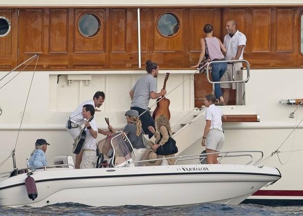 Paradis+family+board+their+boat+LPnrxK6lG4ql.jpg