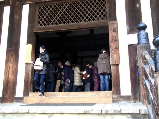 法華堂で執金剛神像の拝観に並ぶ人々