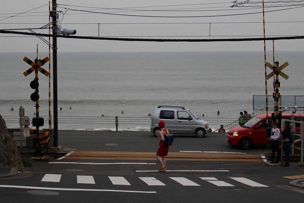 鎌倉高校前駅近くの踏切-1
