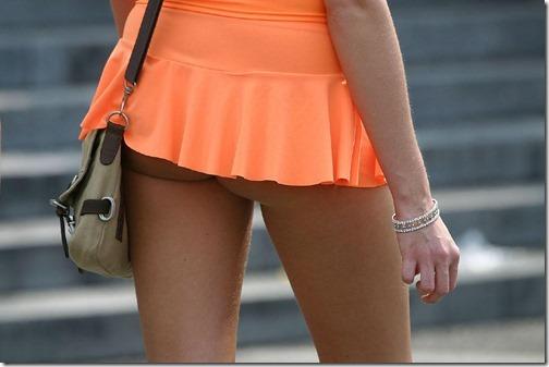 【ミニスカ絶対領域エロ画像】パンツが見えてなくても抜けそうなミニスカートのお姉さん画像(50枚)01-s