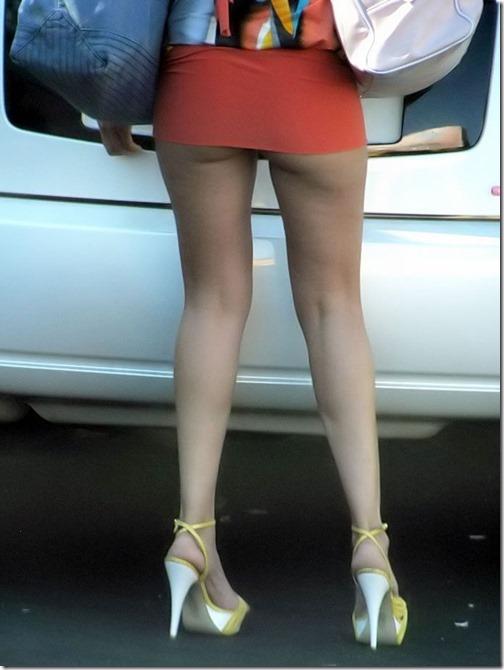 【ミニスカ絶対領域エロ画像】パンツが見えてなくても抜けそうなミニスカートのお姉さん画像(50枚)35-s