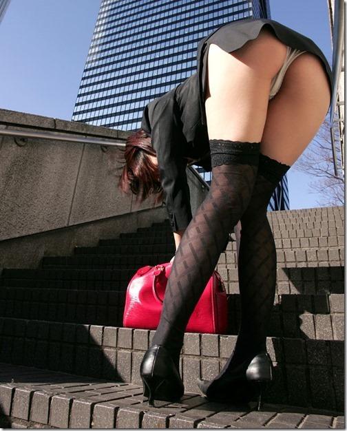 【ミニスカ絶対領域エロ画像】パンツが見えてなくても抜けそうなミニスカートのお姉さん画像(50枚)48-s