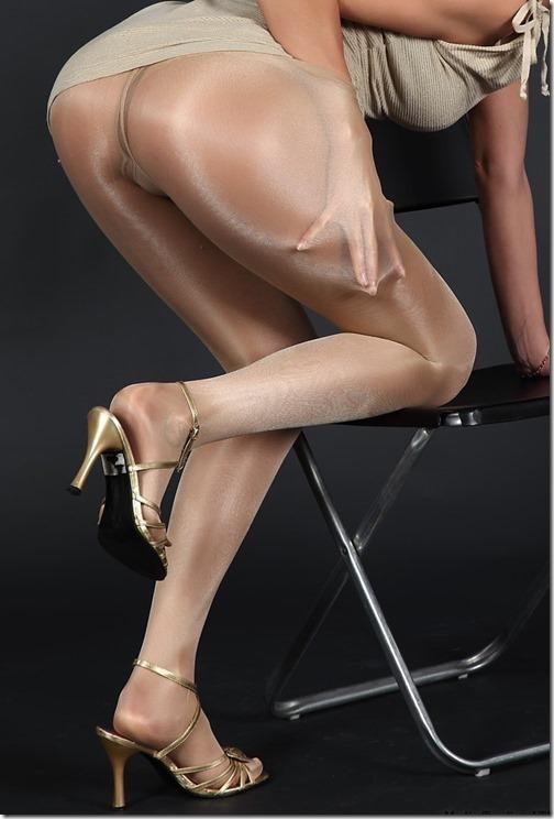 テカテカのストッキングも綺麗に脚が見えていいよね