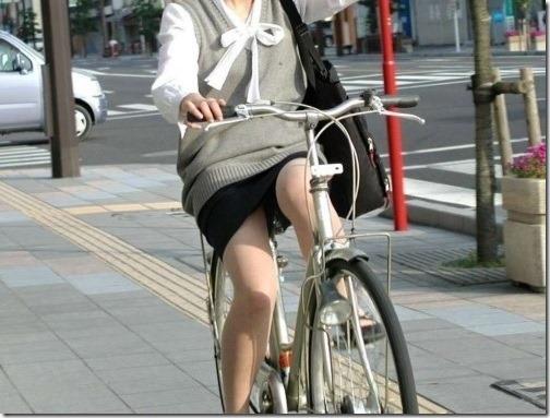 パンチラ☆自転車に乗るOLお姉さんの股間に注目してしまう不思議www
