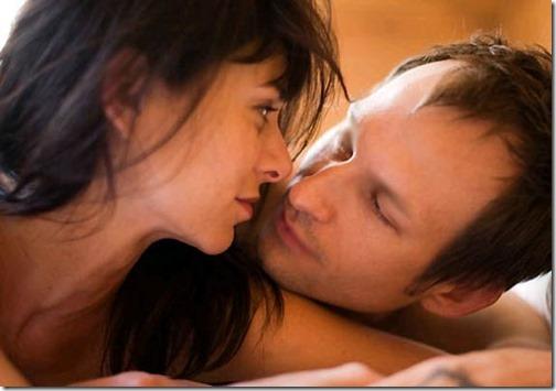 【エロ画像・夫婦生活夫婦の寝室:北米版】右の乳首を愛撫されたら左の乳首を差し出すおしどり夫婦14