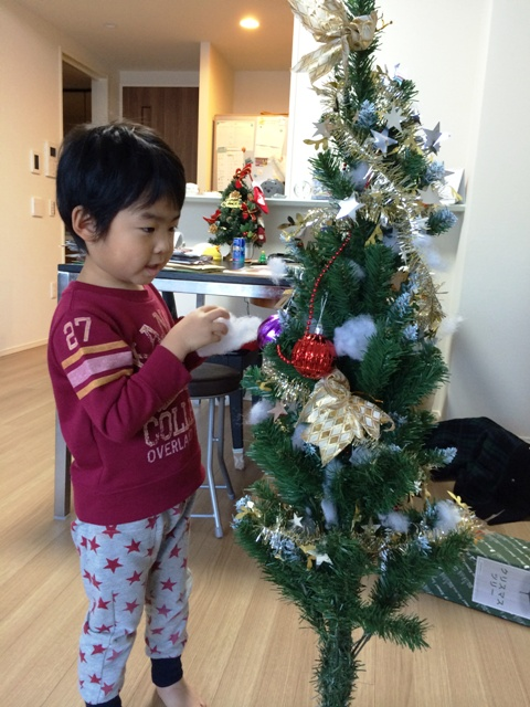 クリスマスツリーを楽しそうに飾るりくちゃん