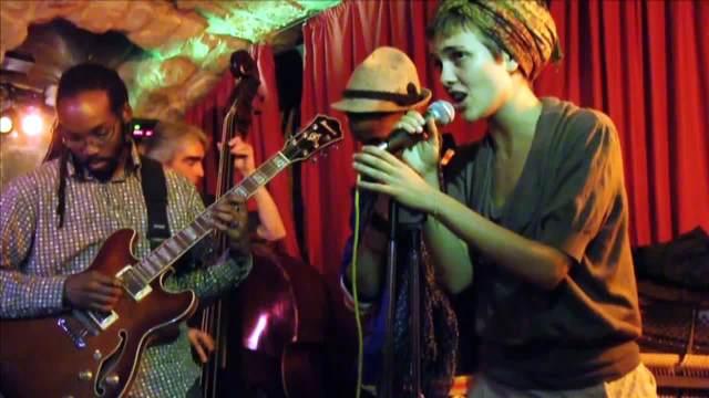 マレ地区のバーで歌うカミーユ