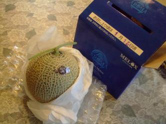 初めてもらった~ビンゴの早々揃い~♪マスクメロン~♪食べ頃は1月12日頃~だって!リンゴと一緒に置いてま~す♪2012.01.10