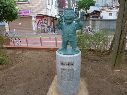 20120107・銅像5・ダブルピース両さん