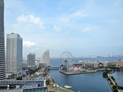 横浜モノリス 窓から見下ろすみなとみらい